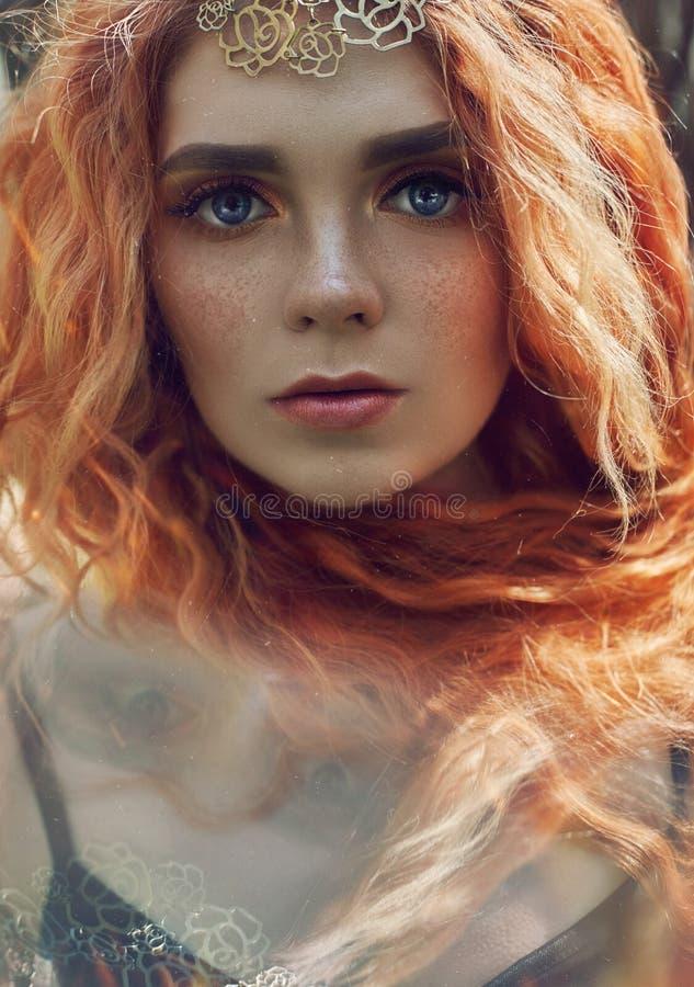 Девушка красивого redhead норвежская с большими глазами и веснушками на стороне в портрете леса крупного плана женщины redhead в  стоковое фото