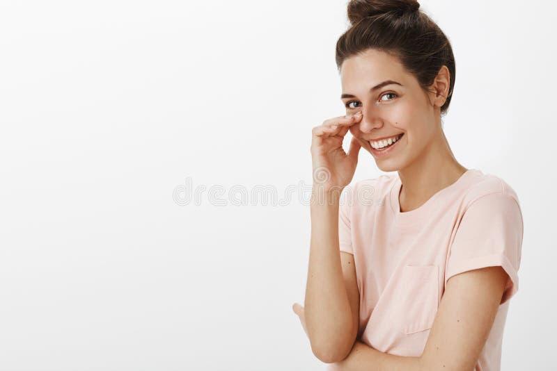Девушка краснея и смеясь как получать милый комплимент касаясь щеке gazing на камере и усмехаясь широко flirting стоковая фотография rf