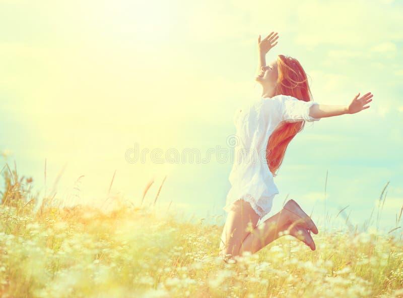 Девушка красоты модельная в белый скакать платья стоковые изображения rf