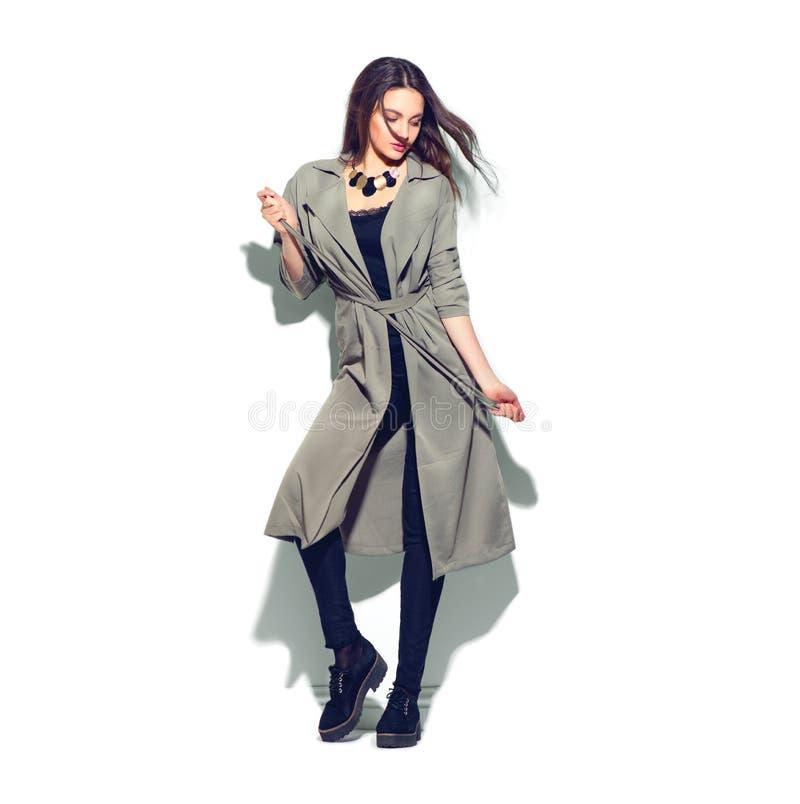 Девушка красоты модельная представляя в модных одеждах стоковая фотография rf