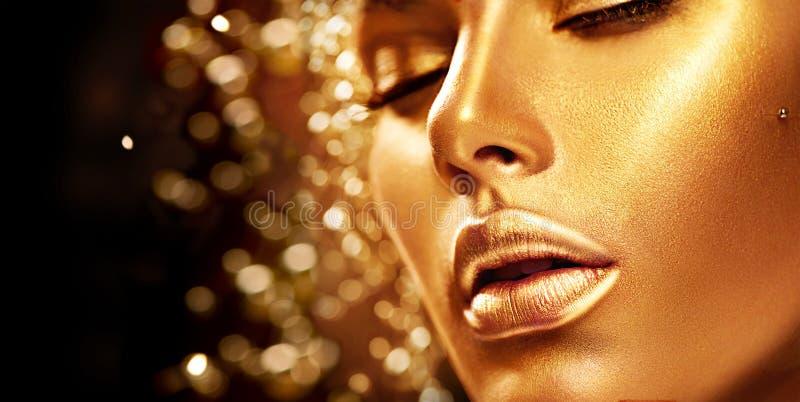 Девушка красоты модельная с золотой кожей стоковое изображение rf