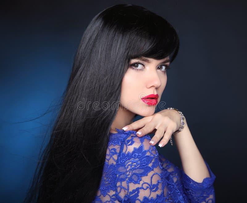 Девушка красоты модельная с здоровыми черными волосами Красивое брюнет wo стоковое фото rf