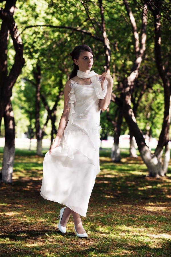 Девушка красоты романтичная внешняя стоковые изображения
