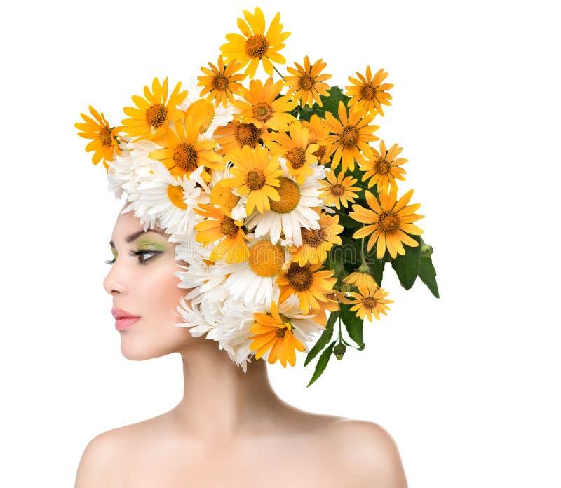 Девушка красоты с маргариткой цветет стиль причёсок стоковые изображения