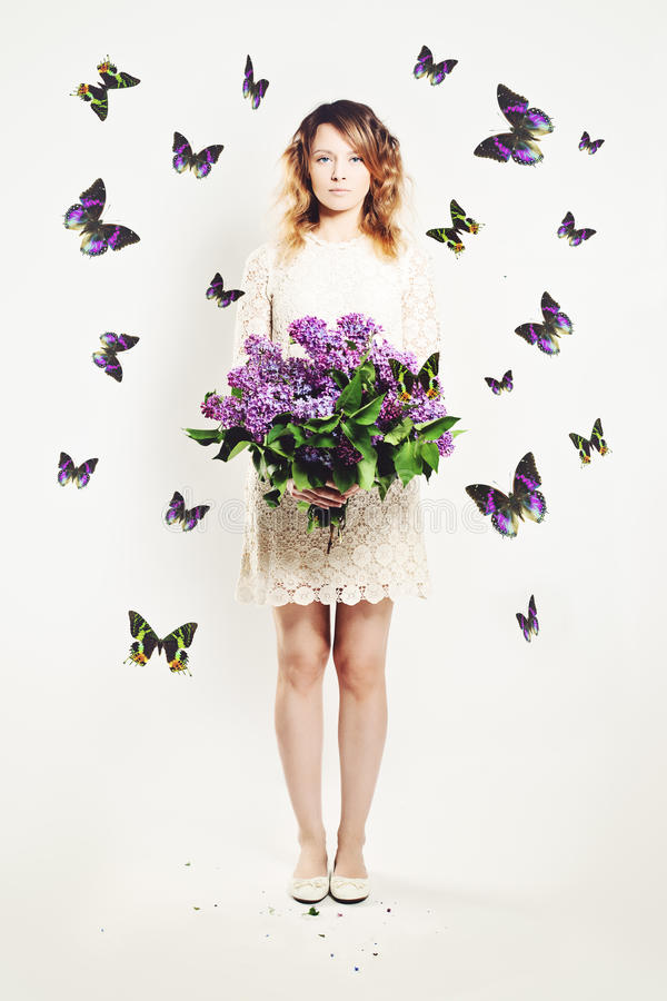 Девушка красоты с цветками и бабочкой стоковое изображение