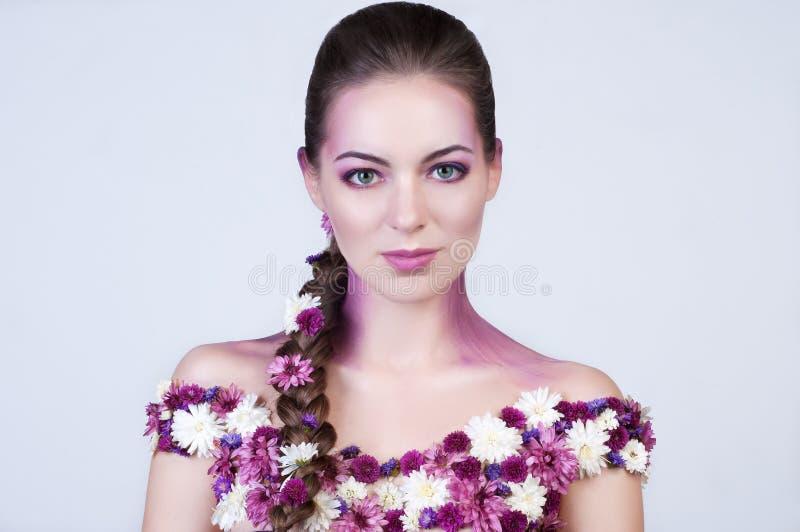 Девушка красоты с цветками на теле стоковые фотографии rf