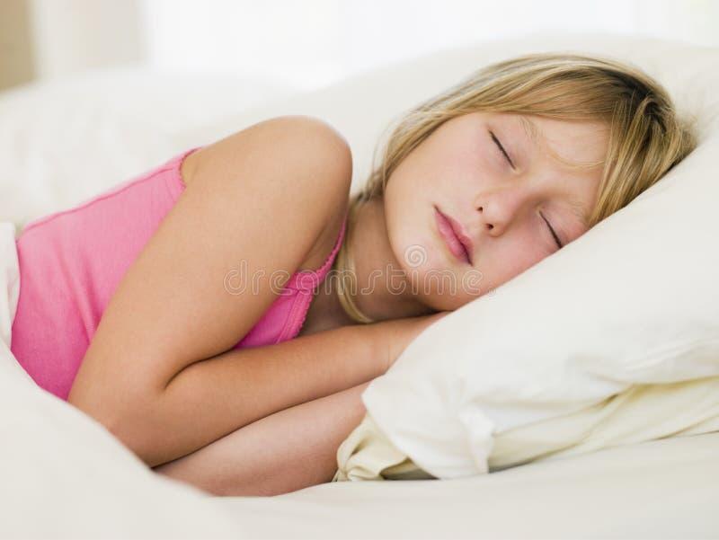 девушка кровати ее лежа детеныши стоковые фотографии rf