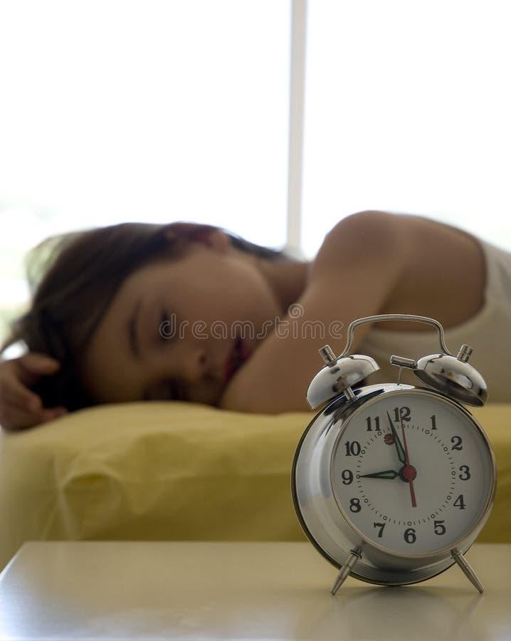 девушка кровати немногая стоковое изображение