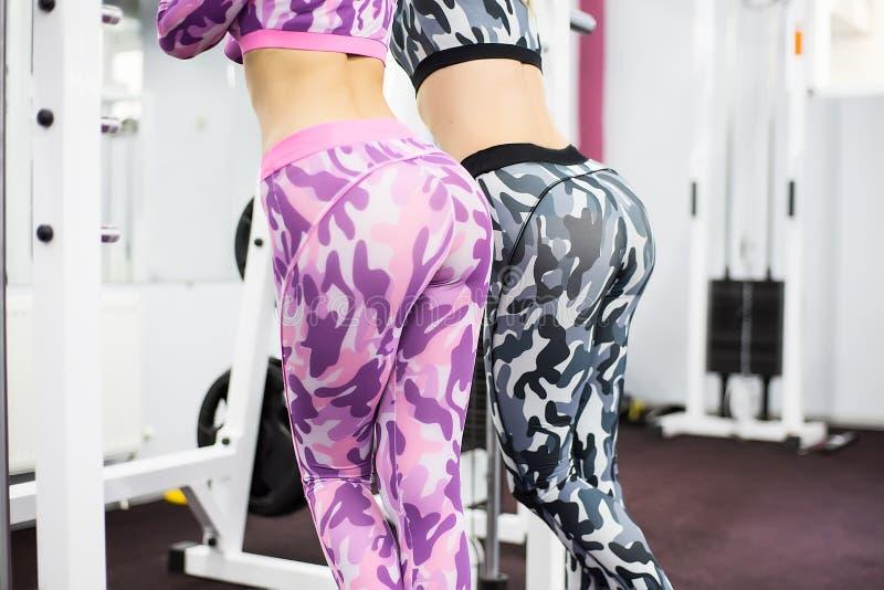 Девушка крытого портрета красивая сексуальная в sportswear в спортзале стоковое фото
