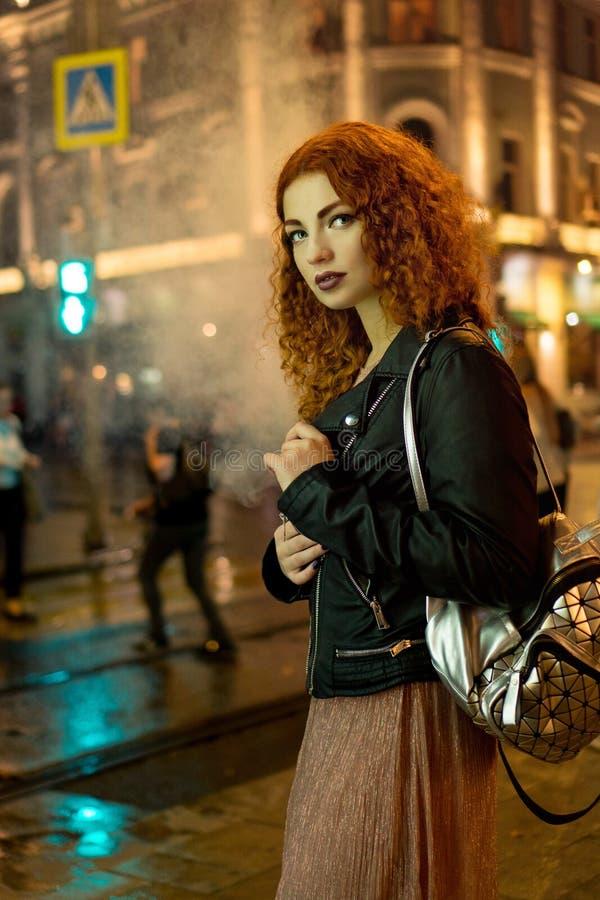 Девушка курит электронную сигарету стоковые фотографии rf