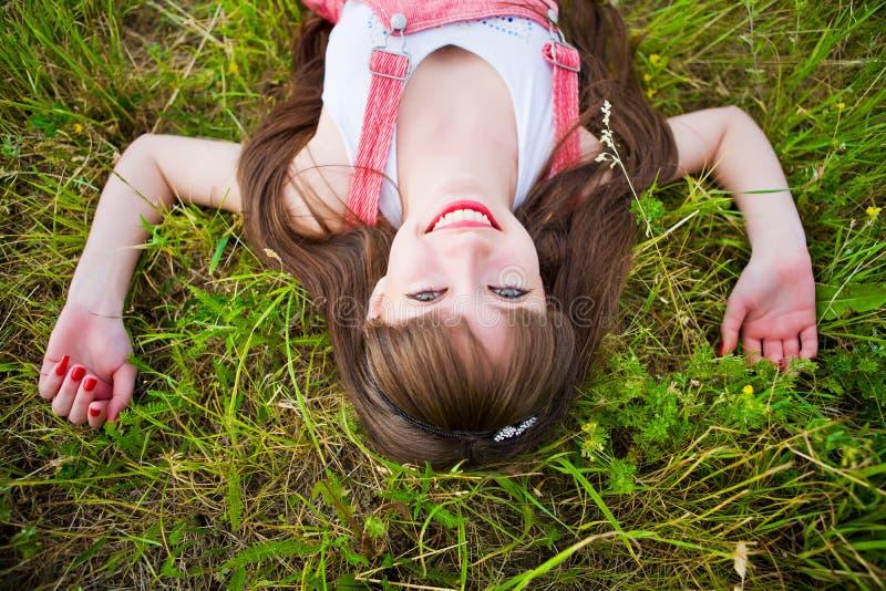 девушка лежит довольно красное sarafan стоковые изображения