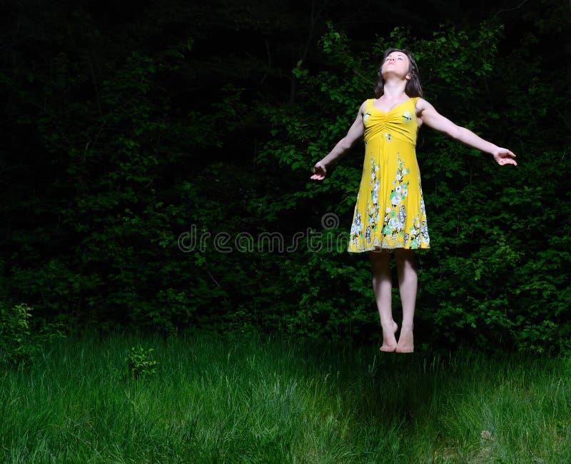 Девушка летает в древесину ночи стоковые фотографии rf