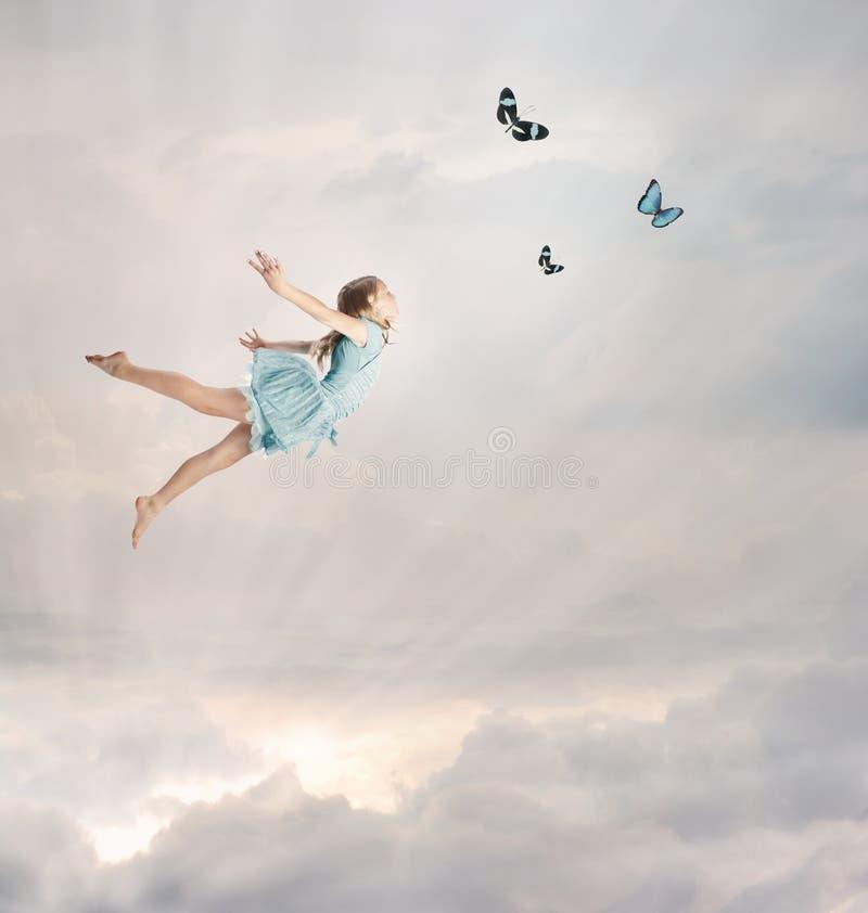 девушка летания меньшее сумерк стоковая фотография