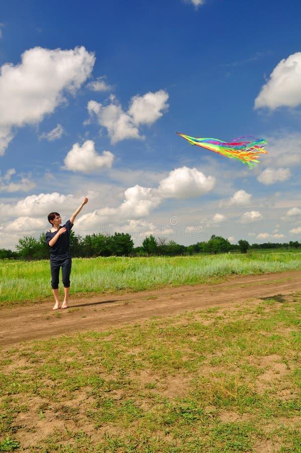 Девушка летая змей в поле стоковое изображение rf