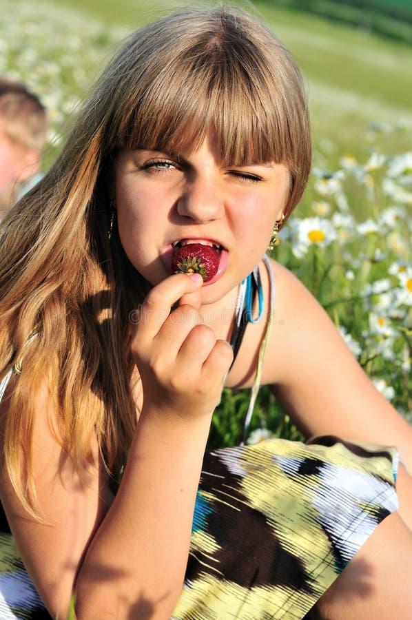 девушка любя клубника стоковое фото