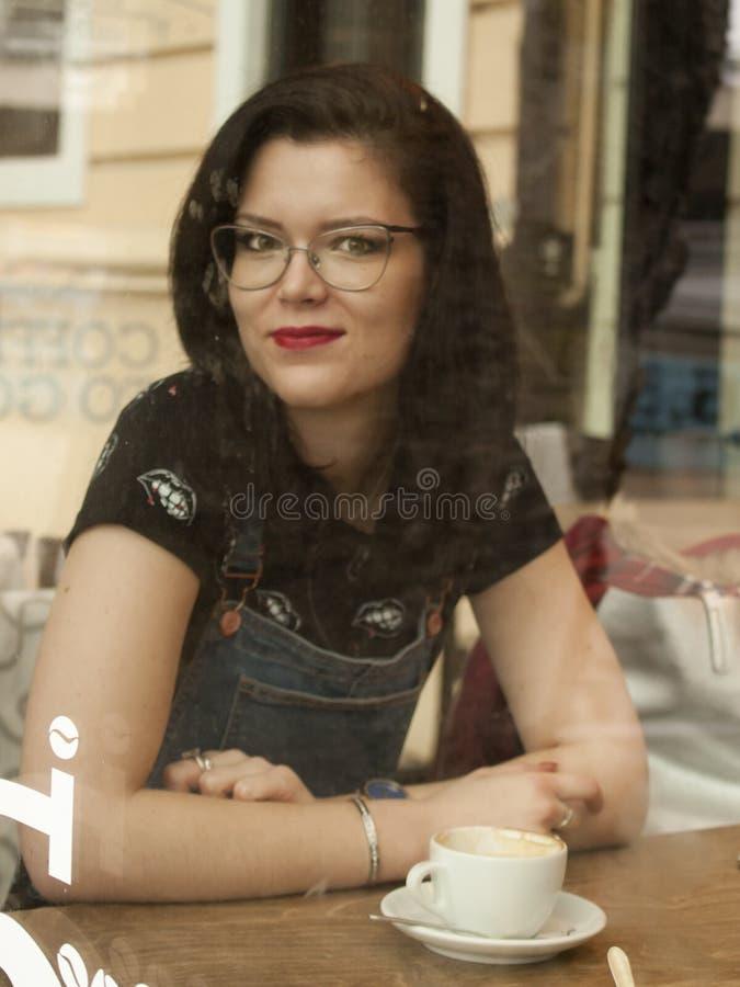 Девушка магазина Coffe стоковые фотографии rf