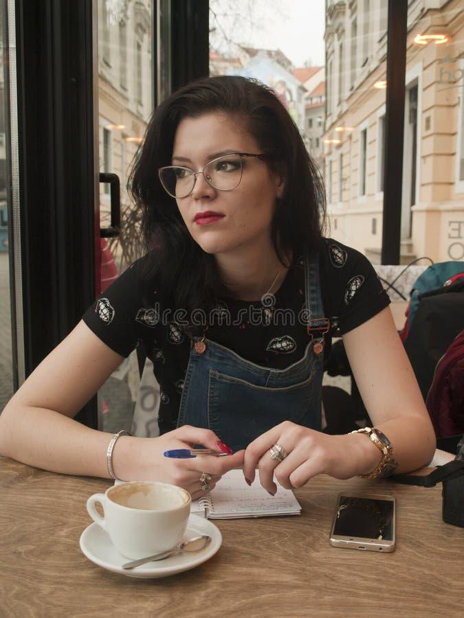 Девушка магазина Coffe стоковая фотография rf