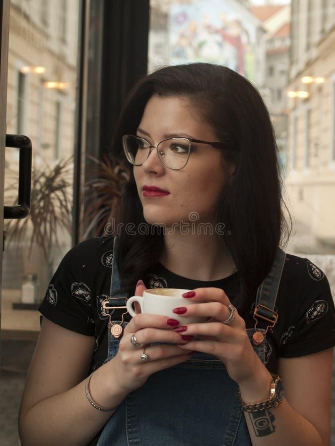 Девушка магазина Coffe стоковая фотография