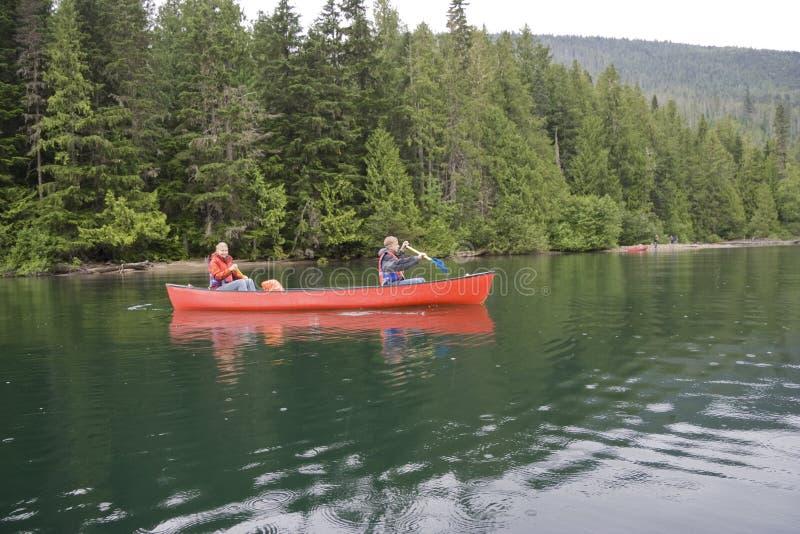 девушка мальчика canoeing стоковое изображение