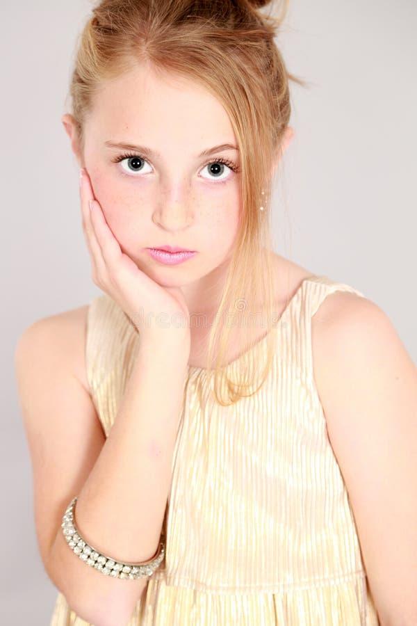 Девушка маленькой девочки белокурая с большими глазами стоковое фото rf