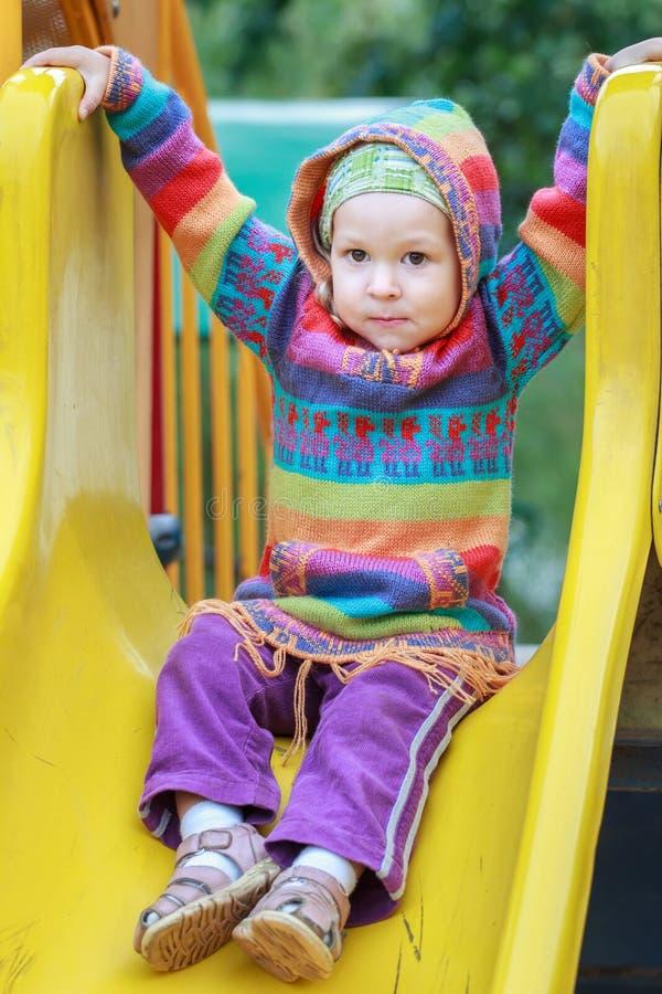 Девушка малыша нося шерстяной связанный свитер с стоковая фотография