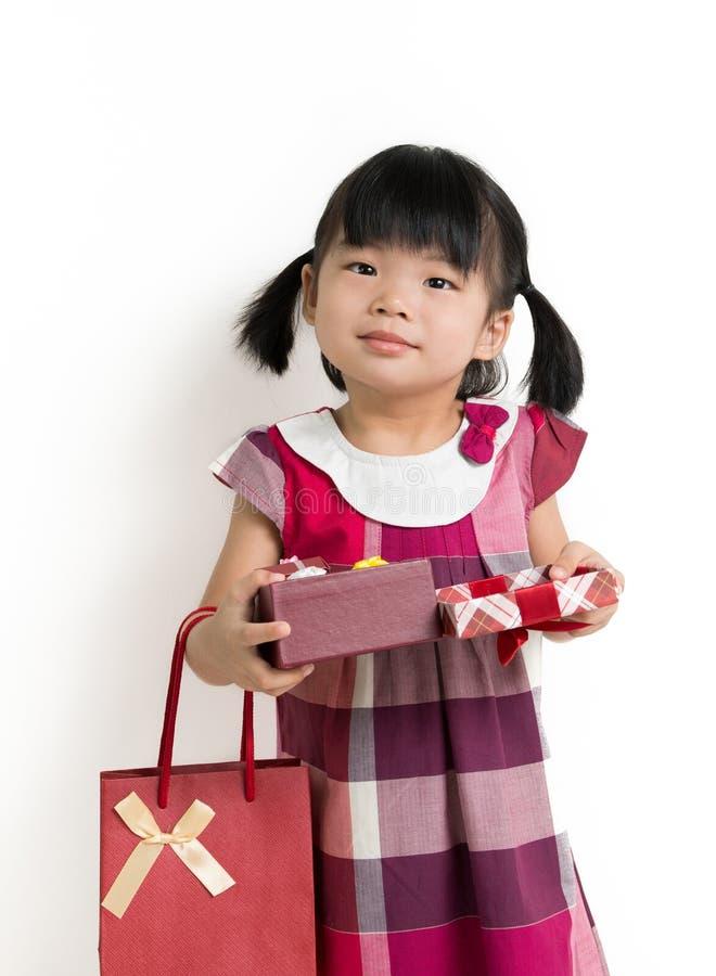 Девушка малыша с подарочной коробкой и сумкой стоковая фотография rf