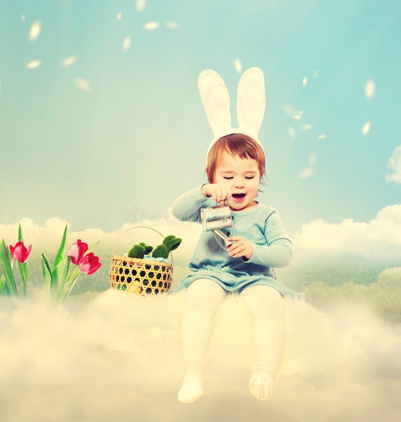 Девушка малыша с темой пасхи стоковое изображение