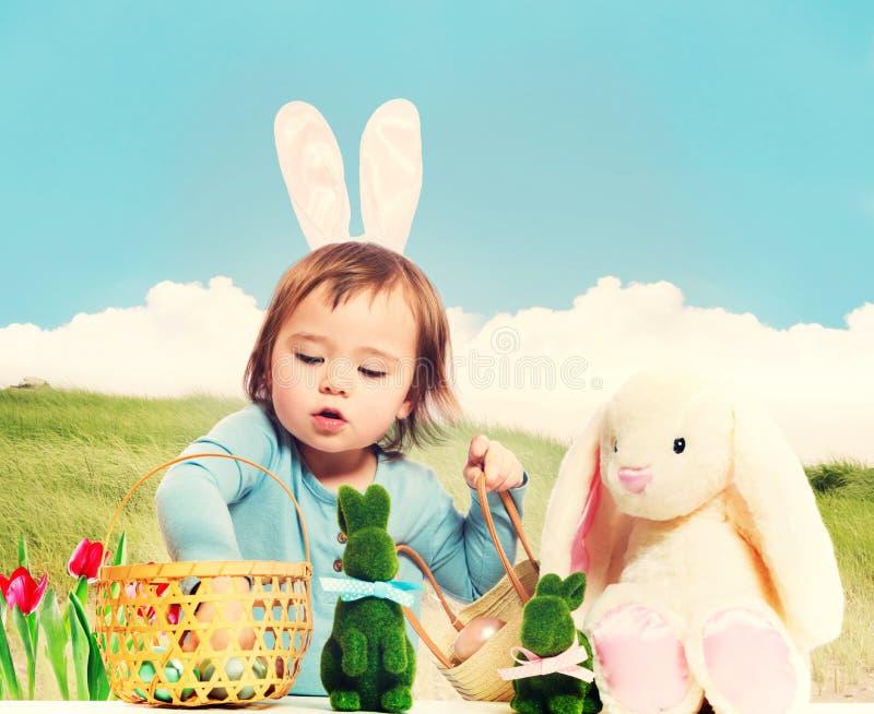 Девушка малыша с темой пасхи стоковые фото