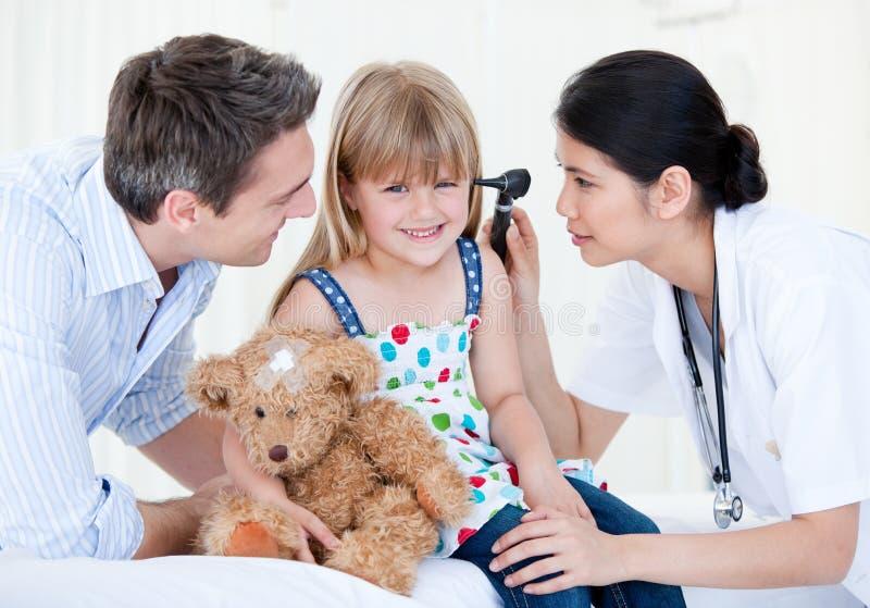 девушка медведя счастливая она игрушечный взглядов сь стоковые фотографии rf