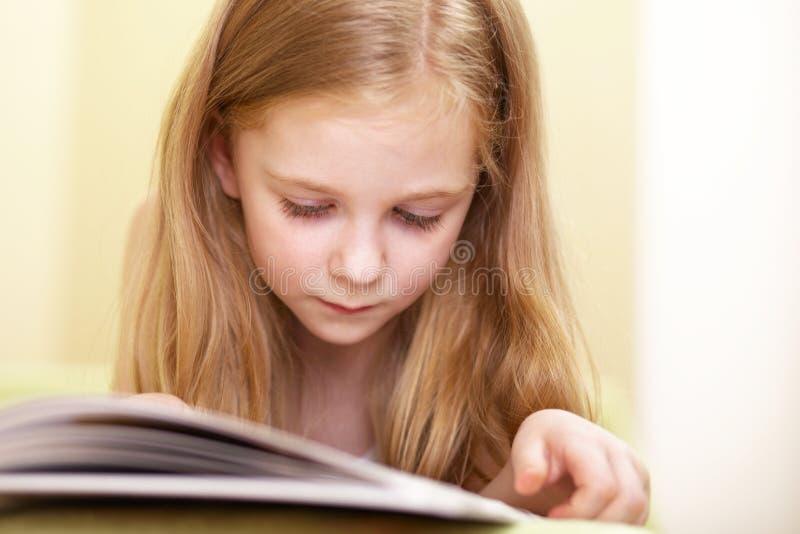 девушка меньшее чтение стоковые изображения rf