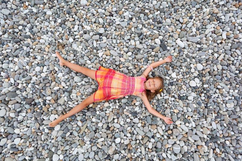 девушка меньшие лежа камни seacoast каменные стоковое фото