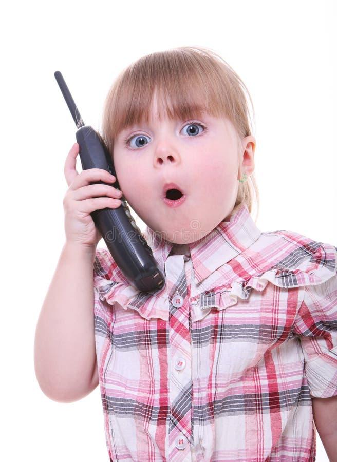 девушка меньший говорить удивленный телефоном стоковое фото rf