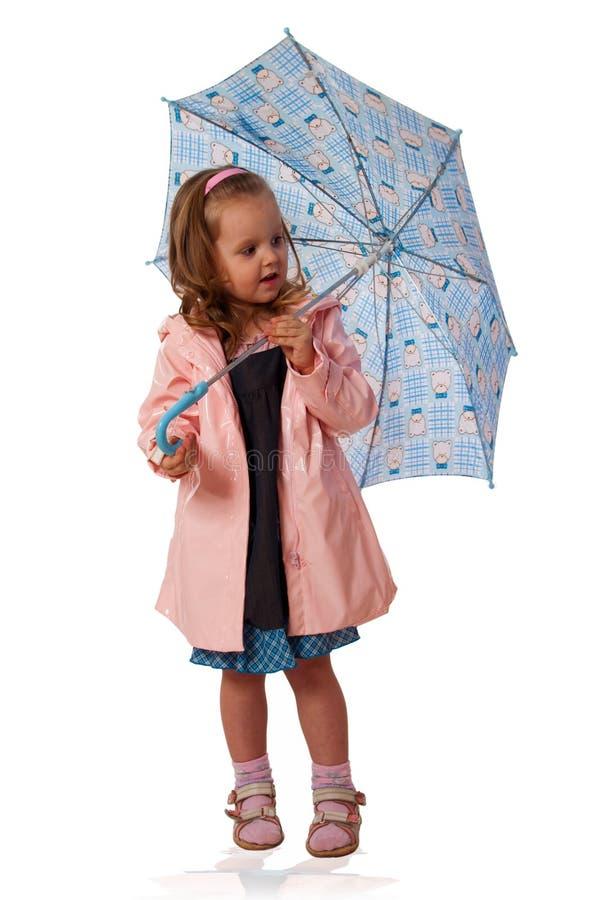 девушка меньший зонтик плаща стоковая фотография
