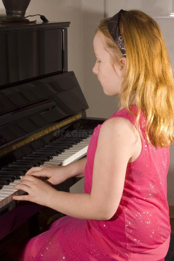 девушка меньший играть рояля стоковое изображение