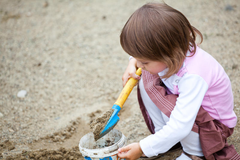 девушка меньший играя песок стоковые изображения
