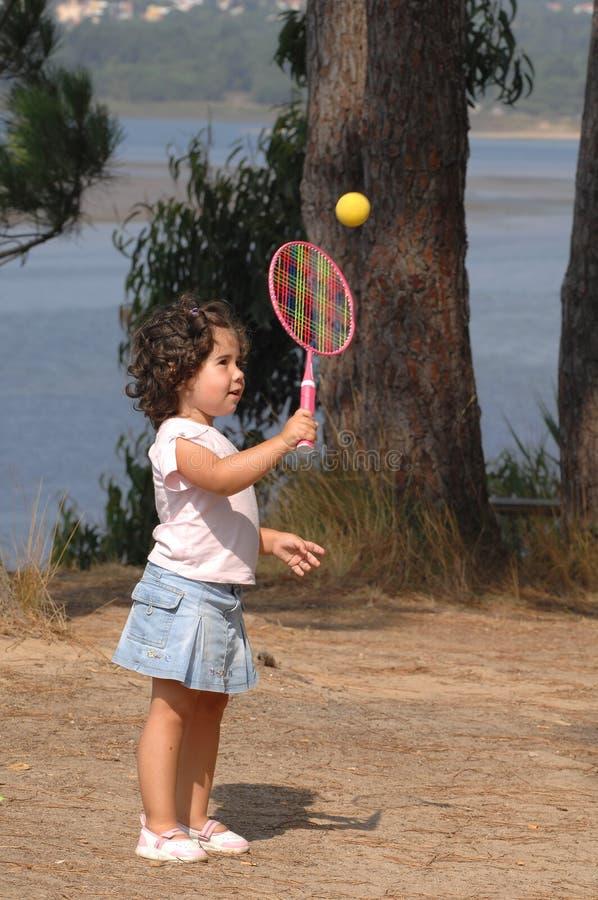 девушка меньший играя теннис стоковые изображения