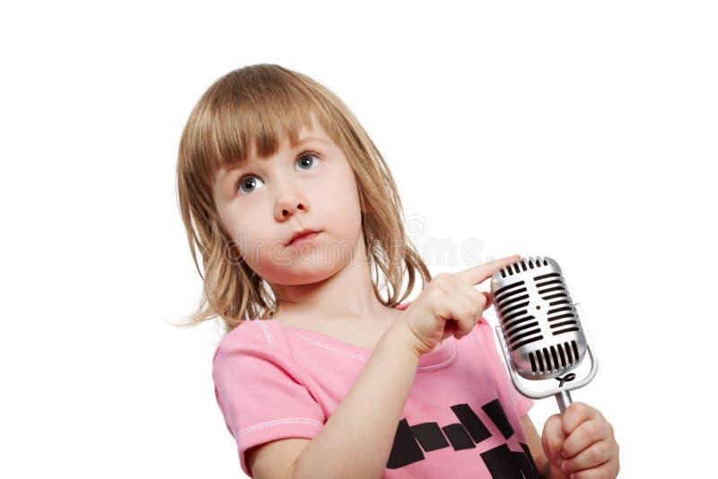 девушка меньший пинк микрофона стоковая фотография rf