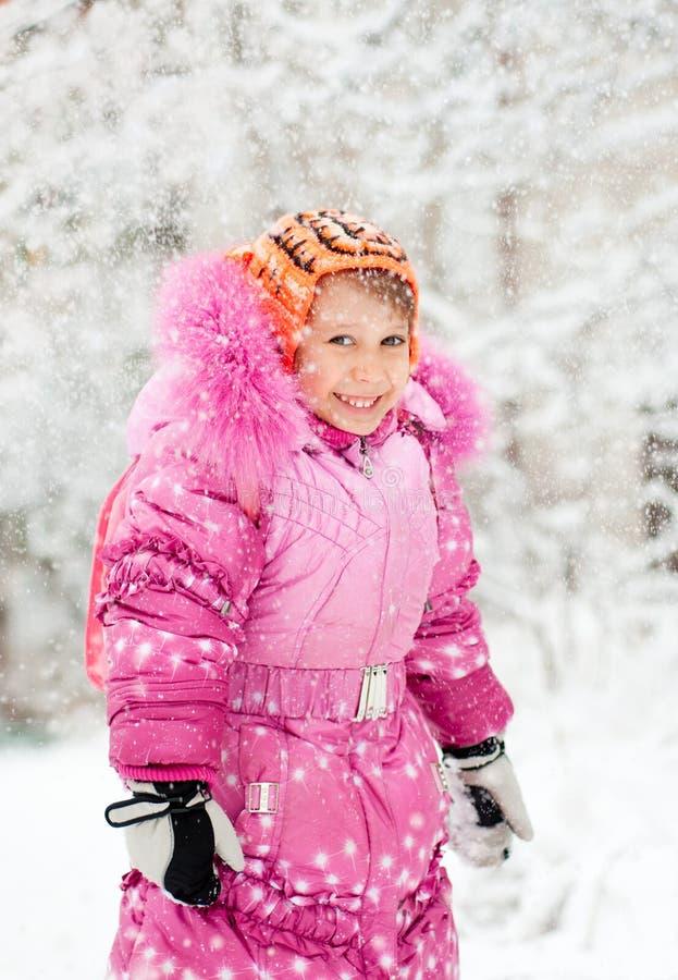 девушка меньший снежок стоковая фотография