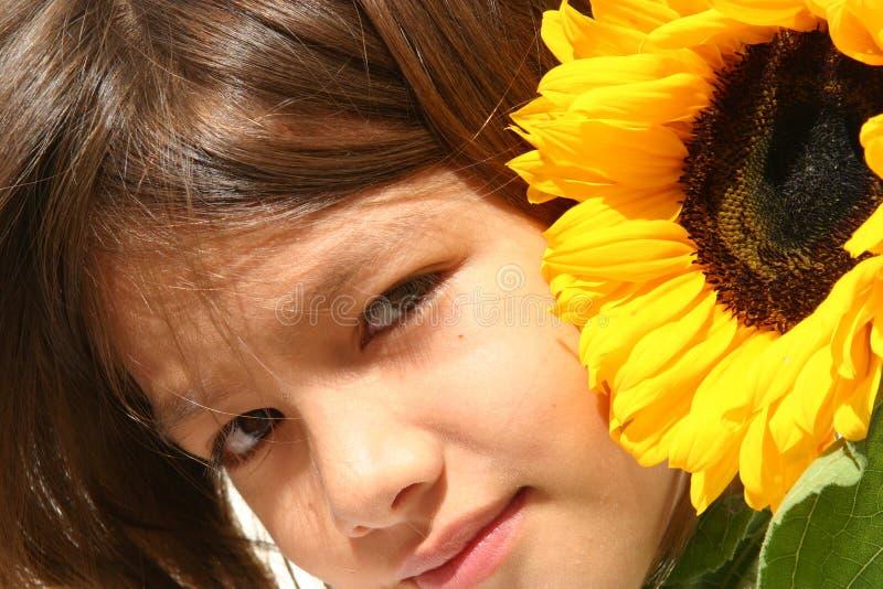 девушка меньший солнцецвет стоковая фотография rf