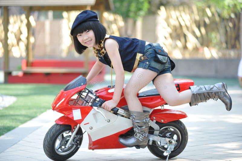 девушка меньший riding мотоцикла стоковая фотография rf