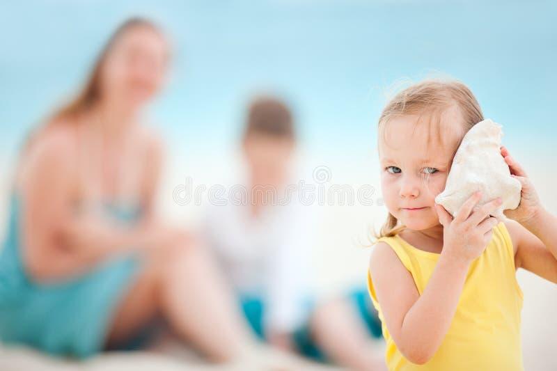 девушка меньший seashell стоковое фото