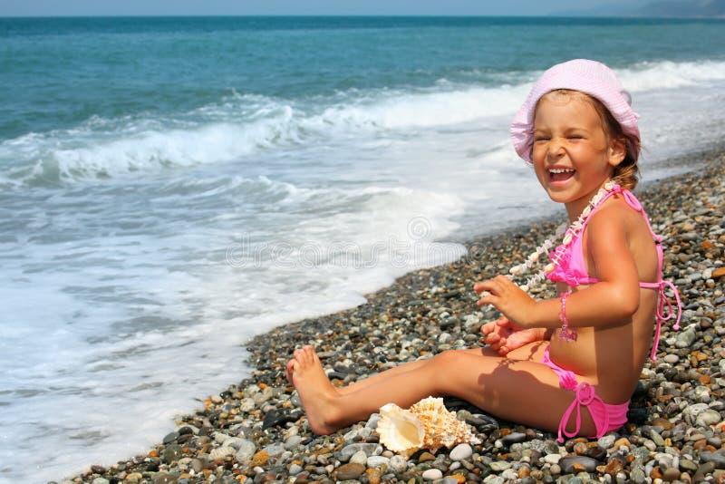 девушка меньший seashell seacoast ожерелья стоковые фото