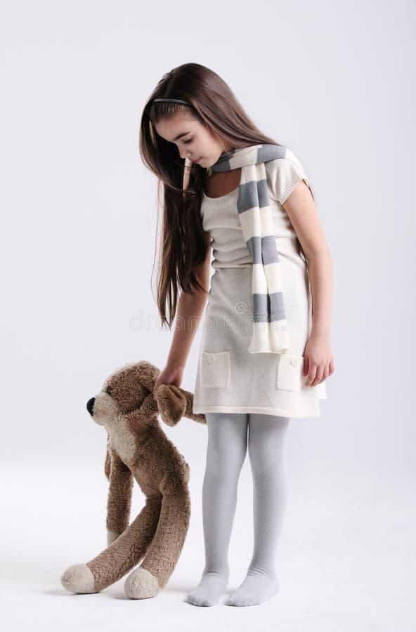 девушка меньшяя игрушка стоковая фотография