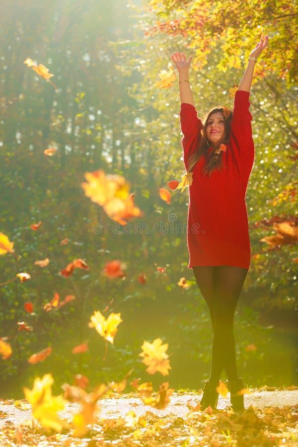 Девушка меча вверх по листьям стоковые фото