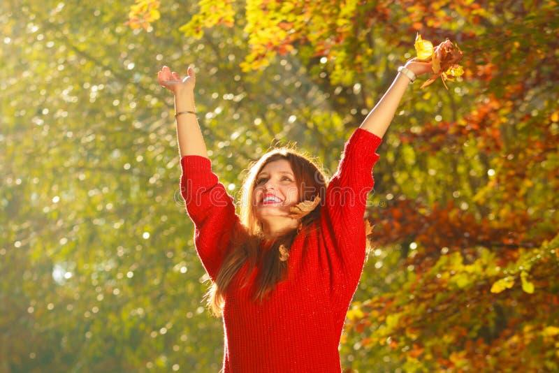 Девушка меча вверх по листьям стоковое изображение