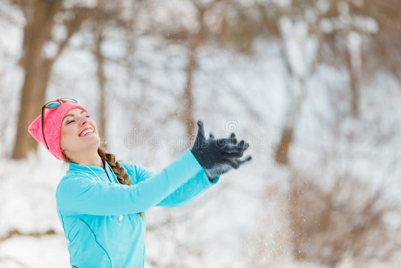 Девушка меча снег вокруг стоковая фотография