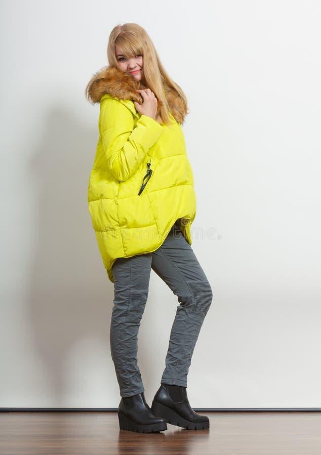 Девушка моды в куртке стоковые фотографии rf