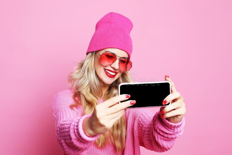 Девушка моды принимая фото делает автопортрет на wea smartphone стоковые изображения rf