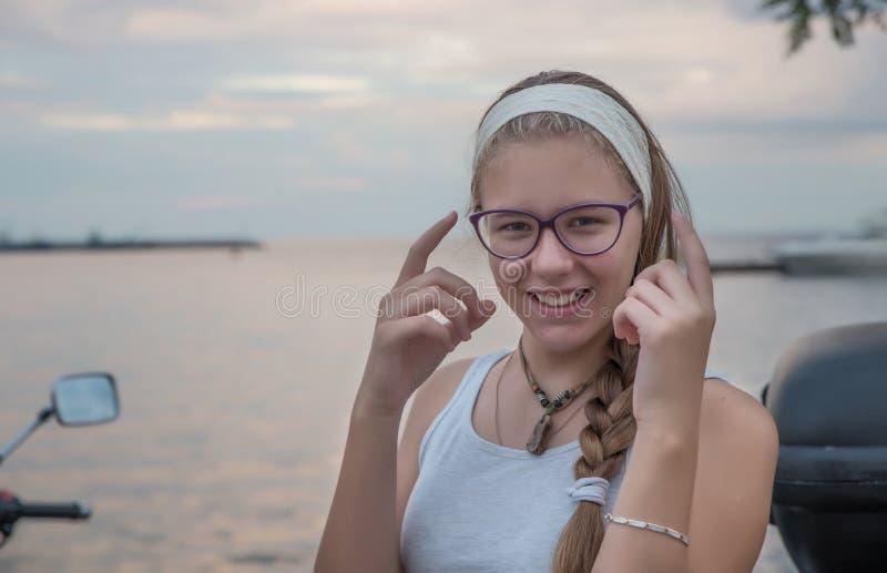 Девушка морем стоковое изображение