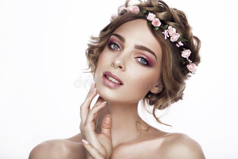 Девушка модели красоты моды с волосами цветков Невеста Совершенные творческие составляют и прическа hairstyle стоковая фотография